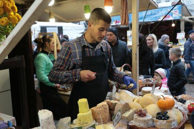 З'їли за дві хвилини: у Львові приготували 100-кілограмовий сирник, смачні фото
