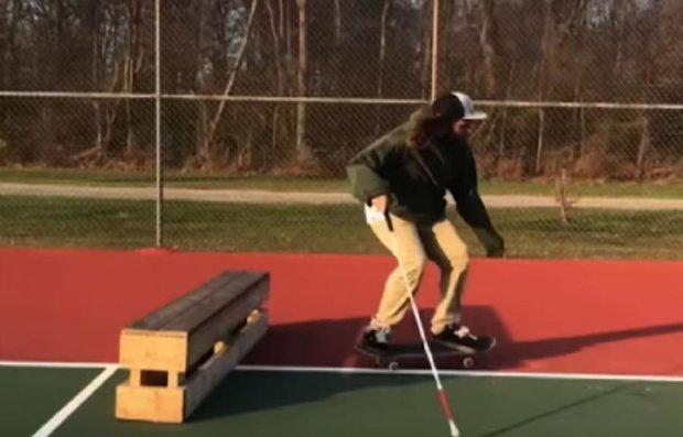 Сліпий скейтбордист підкорив мережу