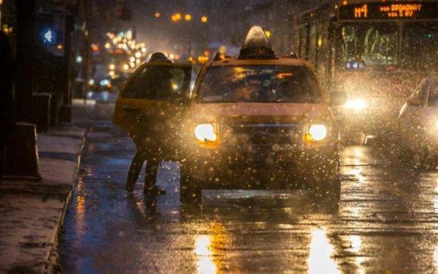 """""""Золотое"""" такси и 10-бальные пробки: Киев продолжает кошмарить после потопа"""