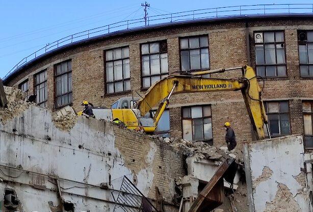 У центрі Києва бетонна стіна роздавила екскаватор