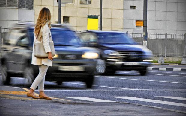 Дніпряни масово кидаються під колеса, екстремалам закон не писаний: відео дорожнього хоррору