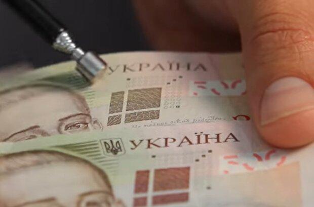 Банкноты гривны, скриншот с видео
