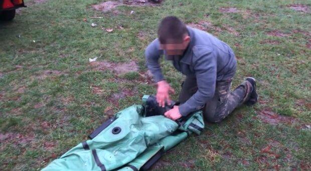 Мужчина прощается с лодкой, скриншот с видео