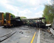 Тюремний автобус протаранив тягач з танками