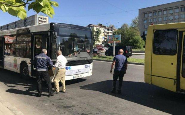 Під Москвою переповнений автобус зніс натовп на зупинці: відомі причини