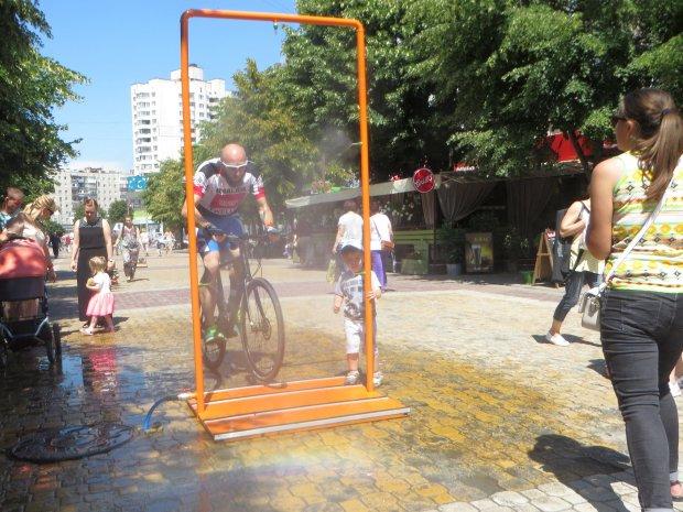 В Києві встановили водяних борців зі спекою: де освіжитися