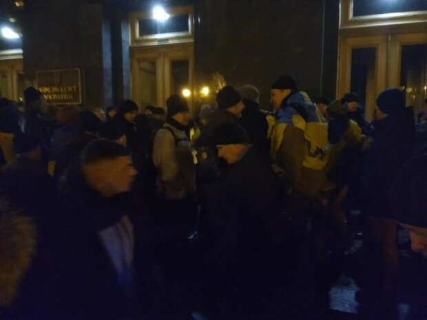 Под окнами Зеленского начались стычки: Нацгвардия и активисты не смогли ужиться на Банковой, детали