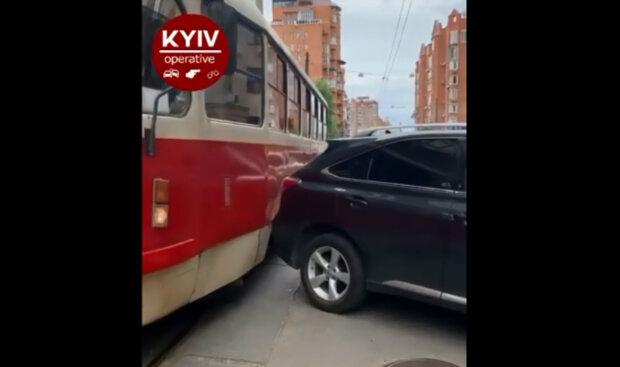 """В Киеве """"герой"""" парковки заблокировал дорогу транспорта: """"Горожане передают пламенный привет"""""""