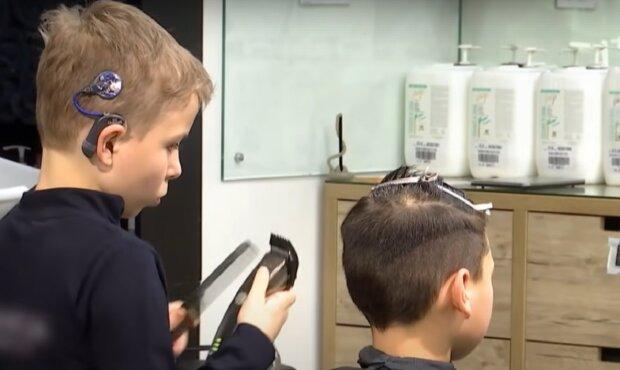 На Прикарпатье 9-летний мальчик стал парикмахером, кадр из репортажа ТСН: YouTube
