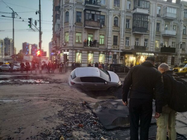 На Шота Руставелі прорвало теплотрасу, фото Знай.ua