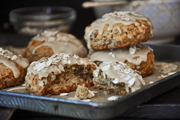 Булочки с кленовым сиропом и орехами: рецепт для всей семьи