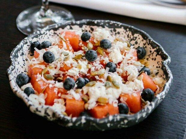 Больше, чем просто арбуз: необычные летние рецепты салатов с любимой ягодой