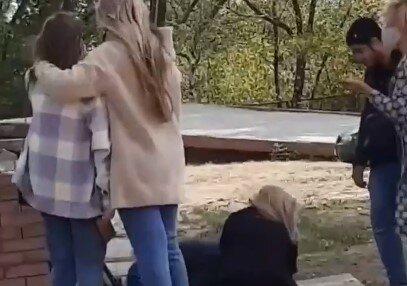 """У Харкові студентка покалічилися посеред вулиці: """"На голову впало..."""""""