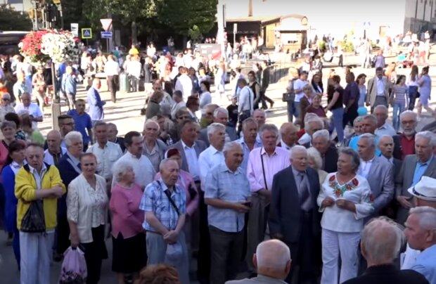 Львівська пенсіонерка відлупцювала поліцейського палицею і віддала половину пенсії
