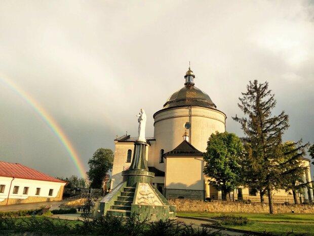 Под Франковском над монастырем проступило чудо - Бог подал украинцам знак