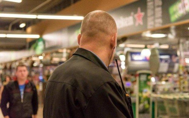 Охранники магазина избили женщину за пустяк