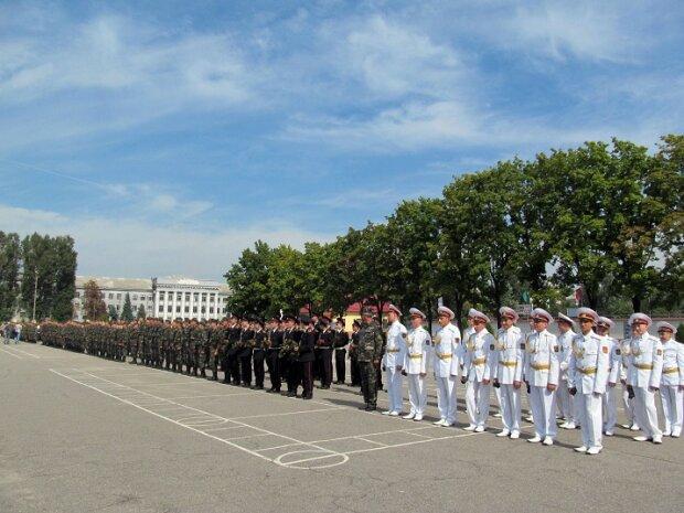 Не слабый пол: 35 юных харьковчанок впервые одели военную форму