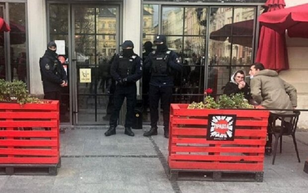 Полиция в кафе, скриншот: YouTube