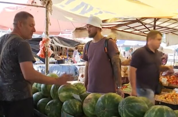 Арбузы на рынке, кадр из видео