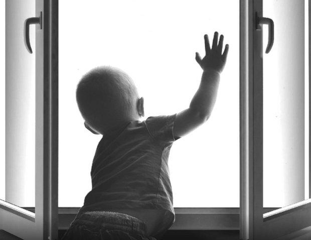 """У Запоріжжі немовля випало з вікна на очах у вітчима, матір пішла """"у справах"""": копи підозрюють найстрашніше"""