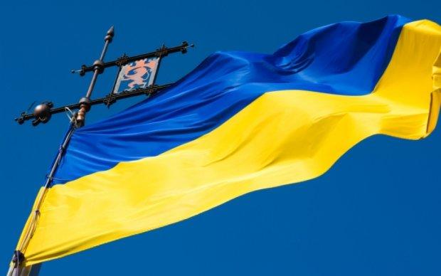 Крымские активисты подняли украинский флаг над мечетью