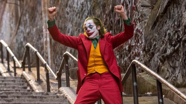 В режиме реального времени: житель Нью-Йорка снял на видео культовый танец Хоакина Феникса в образе Джокера