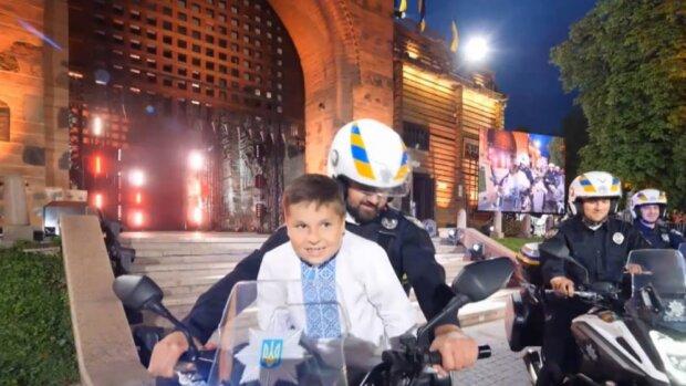 Мальчик и полицейский. Фото: ТСН.