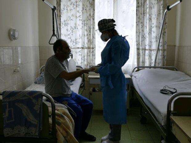 """Врятований від ковіду львів'янин вивернув душу перед лікарями, наші янголи: """"Готовий стати на коліна"""""""