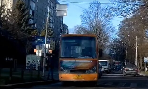 Маршрутник ледь не збив пішохода, кадр з відео: YouTube Rc MAX