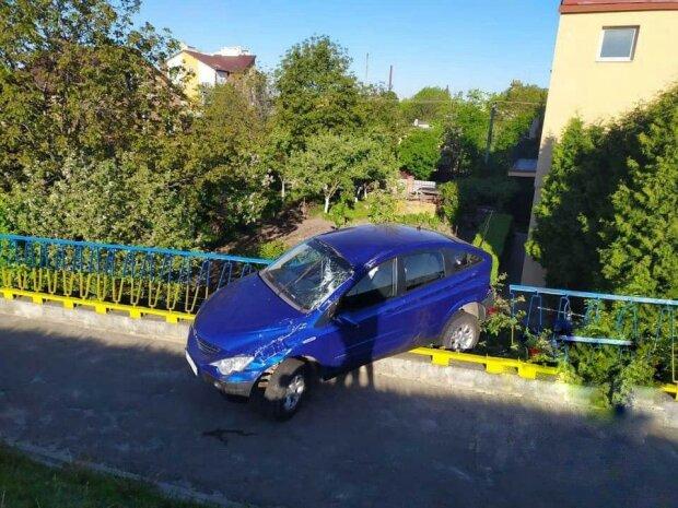 У Львові автомобіль злетів з мосту і завис над прірвою, - кадри за крок від загибелі