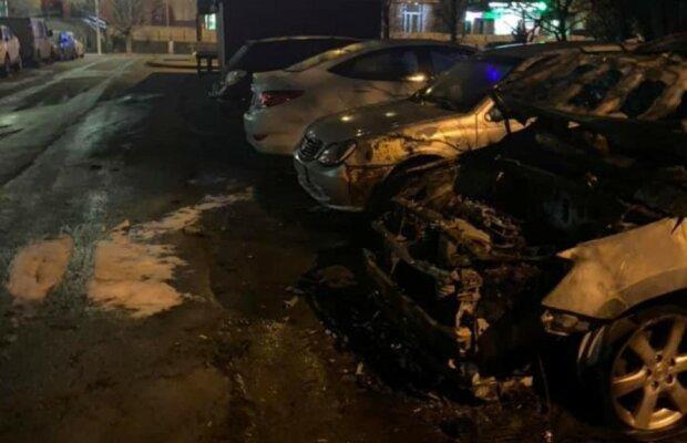 """Сопредседателю """"Батьки SOS"""" , боровшейся с коррупцией в школах, сожгли авто: фото и первые версии"""