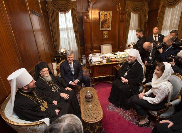 Томос для Украины: исторический документ подписали все члены Синода