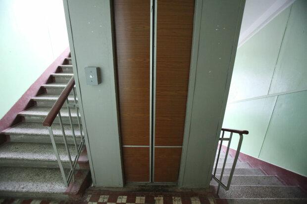 У Дніпрі ліфт-убивця затиснув ногу маленькій дівчинці: подробиці за крок від трагедії
