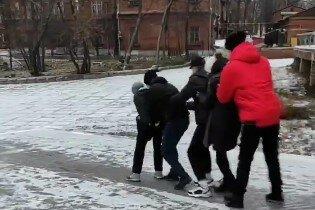 """Харьковские студенты устроили дикие """"покатушки"""" на льду: """"Учеба подождет"""""""