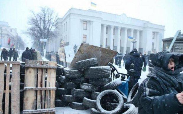 Люди в черном заполонили Киев: в столице неспокойно