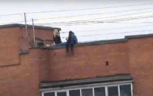 У Харкові підлітки влаштували вечірку на даху багатоповерхівки, очевидці посивіли - сидять на краю, звісивши ноги