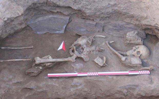 Проломлені черепи та кінцівки: моторошне поховання злякало археологів