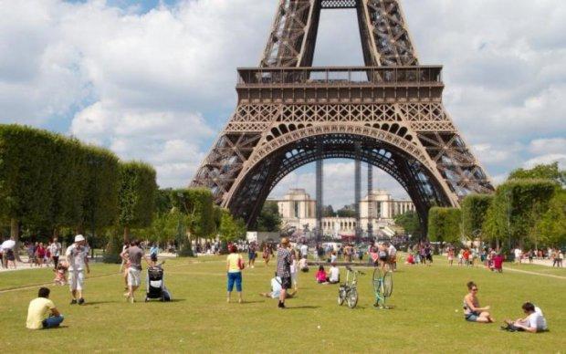 Гігантські прибульці пожирають Францію, люди в жаху: фото і відео