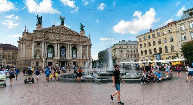 Кофе, пиво и девушки: как отрываются туристы во Львове за баснословные деньги