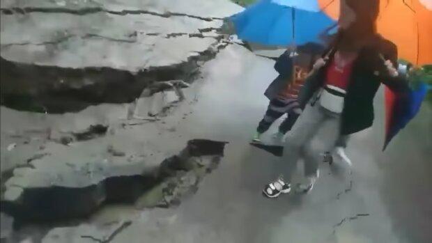 Провалилась дорога, фото: youtube