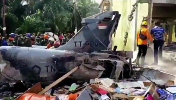 На Суматре упал истребитель, скриншот из видео
