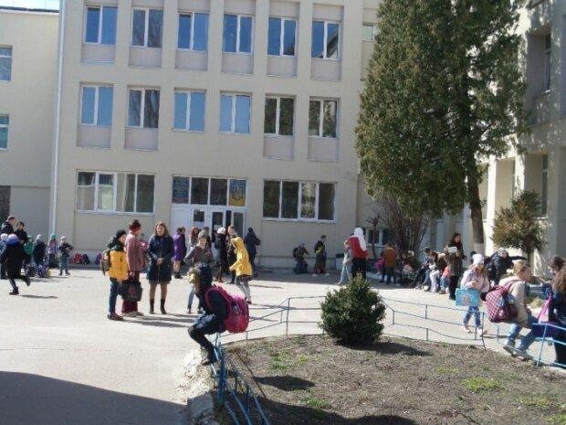 Газом в обличчя: з львівської школи екстрено евакуюють дітей, що відомо