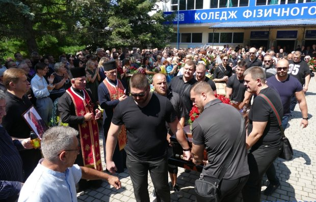 Вирастюка провели в последний путь на Аллее Славы: сотни украинцев со слезами на глазах шли за гробом, фото