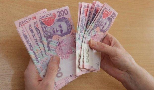 Хто і скільки грошей отримає до Дня захисника України
