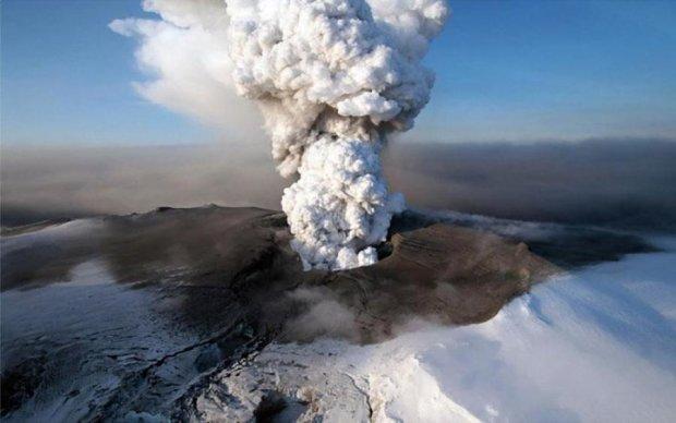 Подорванные экстремалы играли в гольф рядом с кипящим вулканом: фото