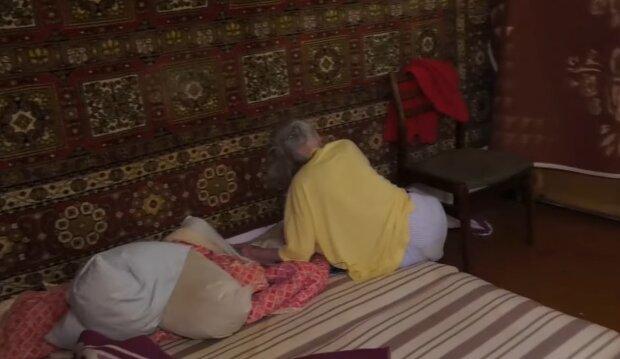 Истощенную старушку с психическим расстройством заперли в собственном доме - спит на матрасе в мужских трусах