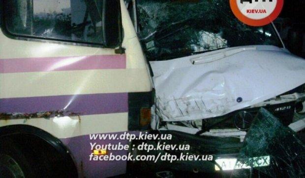 """На Киевщине """"Мерседес"""" протаранил автобус"""