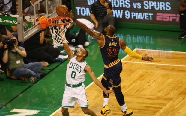 НБА: Фірмовий блок Джеймса в топ-5 найкращих моментів дня
