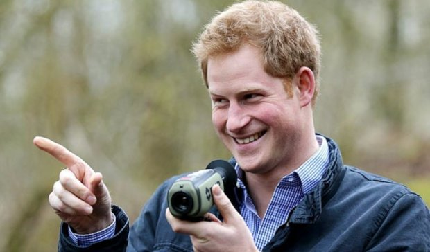 Принц Гарри поставил фотографу кляксу на лбу