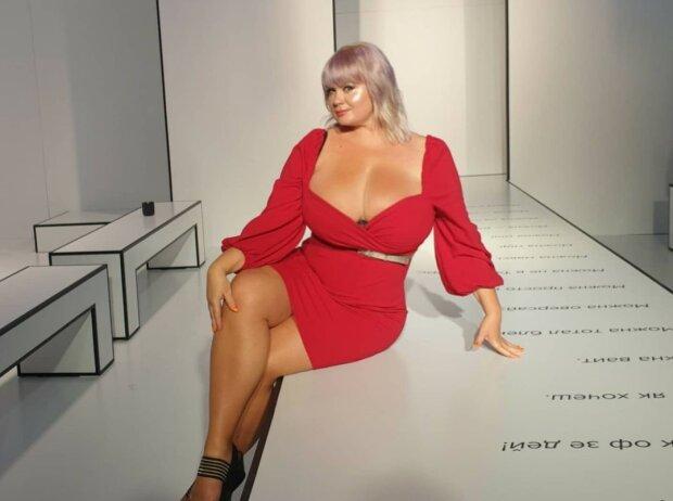 """""""Інопланетяни"""" зацікавилися Мілою Кузнєцовою з бюстом 15-го розміру: так і кружляють навколо"""